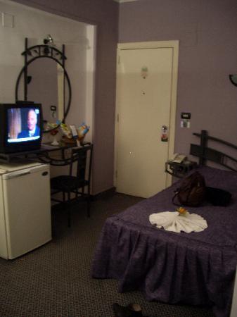 Havana Hotel: bed, fridge, tv