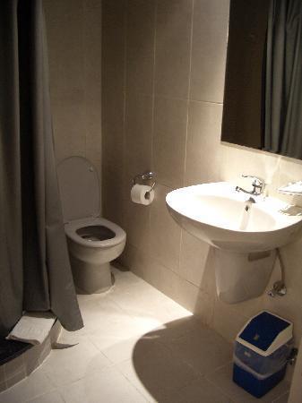 Havana Hotel: the bathroom