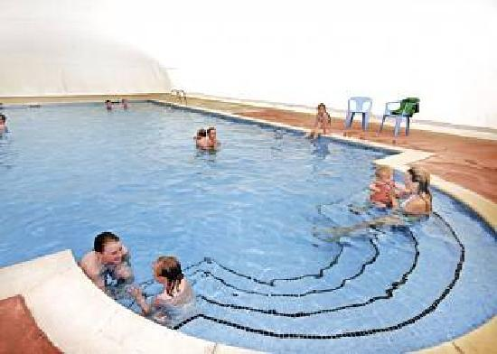 Riverside Holiday Park: swimming pool