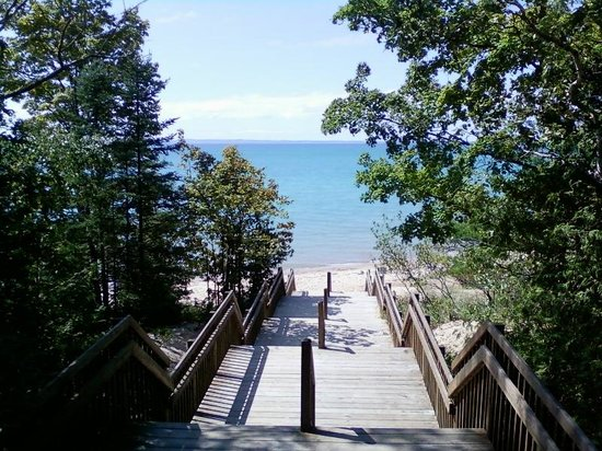Barnes Park Campground: Looking down staircase to beach on Grand Traverse Bay.