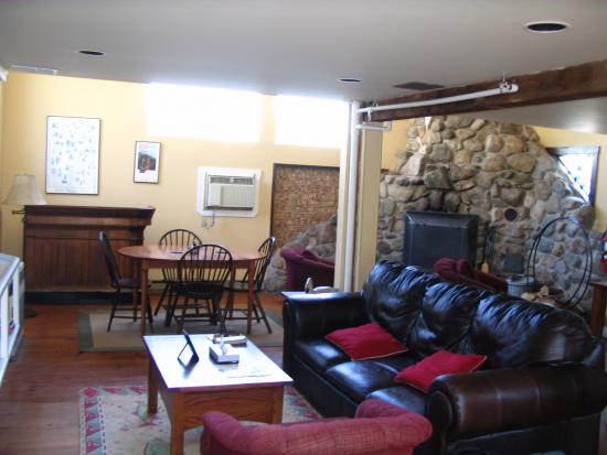 Sudbury Inn: Living room in Carriage House- note the really cool fireplace!