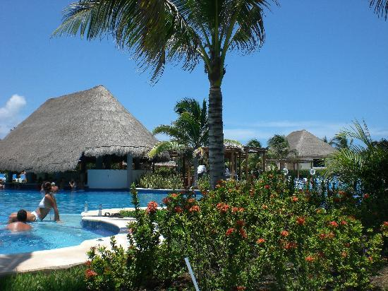Valentin Imperial Riviera Maya: part of the pool