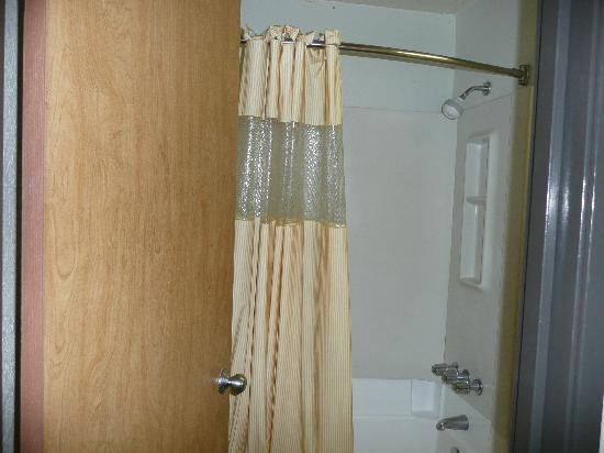 Days Inn by Wyndham Chattanooga Lookout Mountain West: Bathroom with bent shower curtain so it doesn't touch you when you're showering