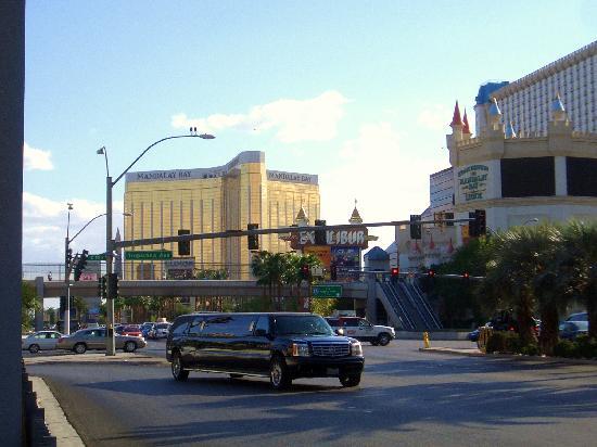 โรงแรมเวเนเชียน รีสอร์ท คาสิโน: Coches y motos de lujo, con calles de 6 carriles para cada dirección...