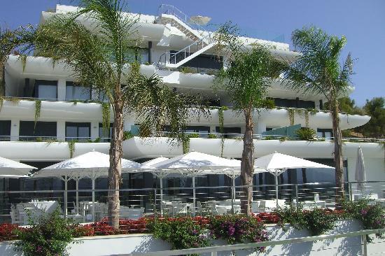 SHA Wellness Clinic: vista del hotel desde la piscina