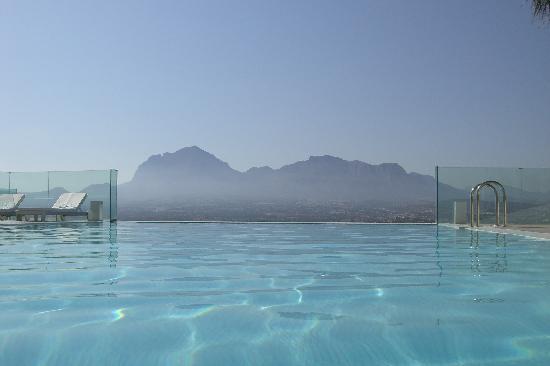 SHA Wellness Clinic: infinity pool con la sierra helada al fondo