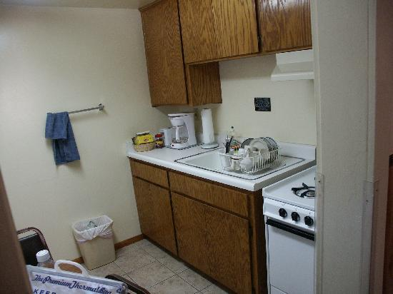 Lazy J Ranch-Americas Best Value Inn: the kitchen