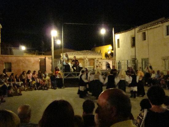 Bailes Sardos en la plaza de Allai