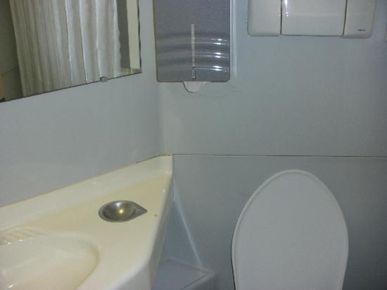 Premiere Classe Montpellier Sud - Lattes : cabine de douche wc