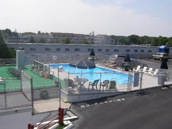 Hyannis Holiday Motel: Pool area