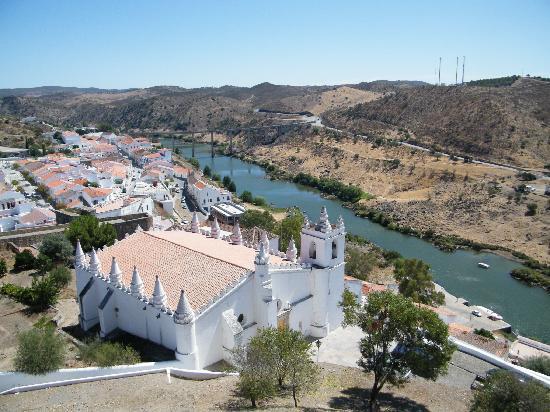 Mertola, Portugal: Mértola, l'église (ancienne mosquée) et le pont sur le Guadiana
