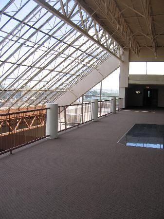 Medicine Hat Lodge Resort, Casino & Spa: 4th Floor Walkway