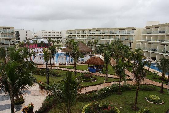 Azul Beach Resort Sensatori Mexico: View of Swim-Up Bar & Le Chique (pink)