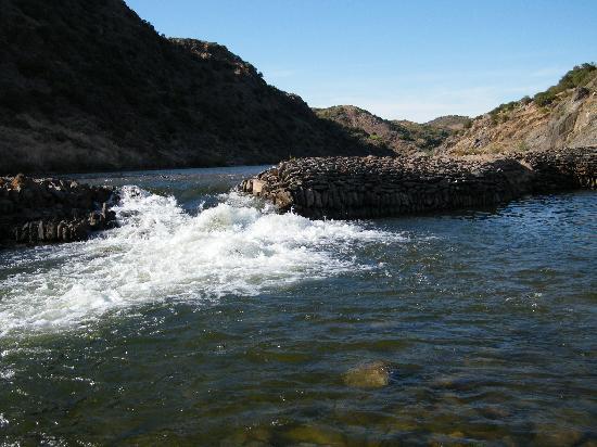 Minas de Sao Domingos, Portugal: Canais, à Corte Pequena, barrage de l'ancien moulin sur le Guadiana, baignade tranquille, très i