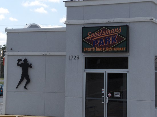 Sportsman's Park Bar & Grill: Entrance