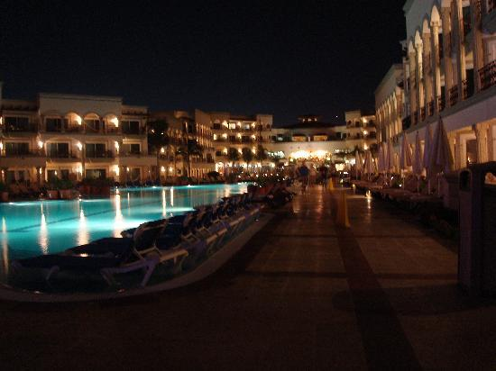 The Royal Playa del Carmen: La piscine principale la nuit