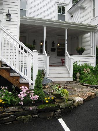 Bayberry House Bed & Breakfast: Beautiful front entrance of Bayberry on a cloudy day
