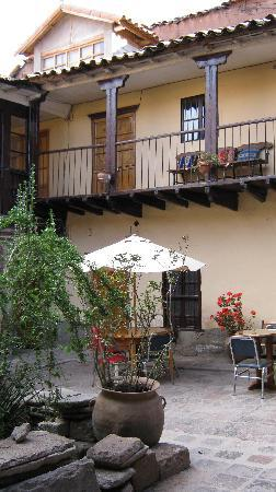 Qorichaska Hostal: Breakfast tables on the patio