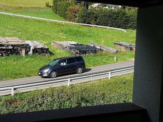 Naturhotel La Cort: vista della strada dalla camera da letto