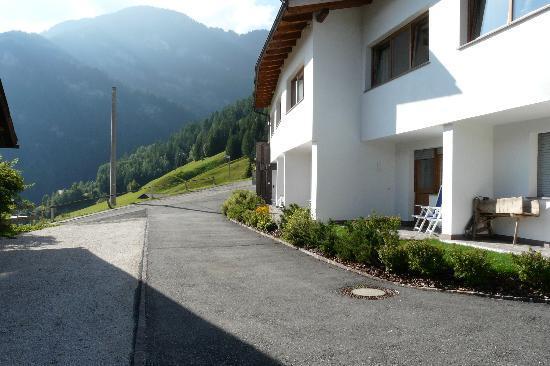 Naturhotel La Cort : affaccio suite sulla strada che conduce al garage