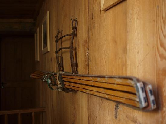 L'Anatase: Old ski on the wooden walls