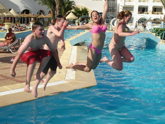 Ramada Liberty Resort Hotel : fun in the pool. Splash down!