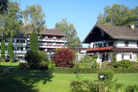 Garden Hotel Reinhart: view of garden between two main hotel buildings