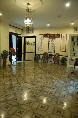 โรงแรมปูริ: ツバメが飛び交うホール