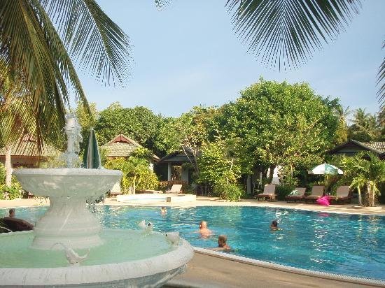 First Bungalow Beach Resort: piscine de l'hôtel