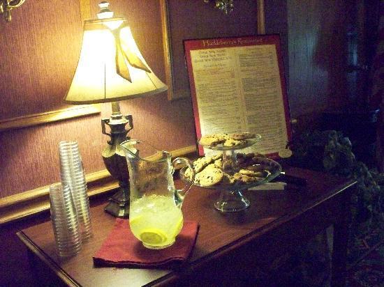 Fulton Steamboat Inn: Complimentary Cookies & Lemonade