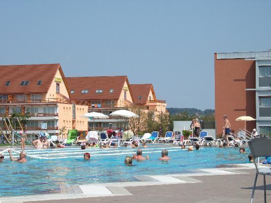 Moravske Toplice, Eslovenia: piscina esterna e dependance