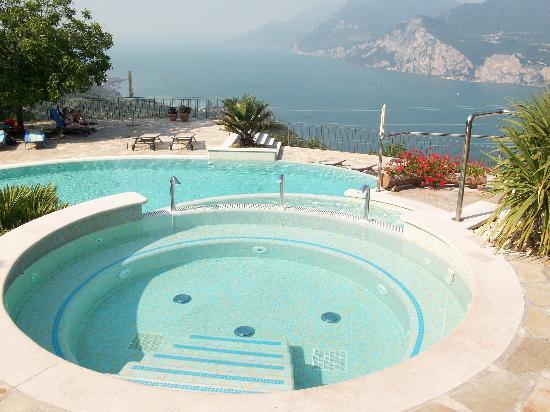 Locanda Montebaldo: la piscina con vista sul lago