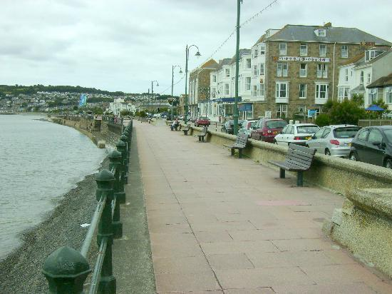 Sea Waves B&B : View along the promenade
