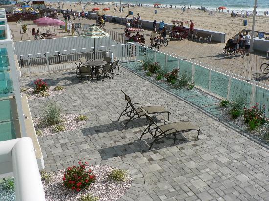 Courtyard Ocean City Oceanfront: beachfront courtyard for those on 1st floor
