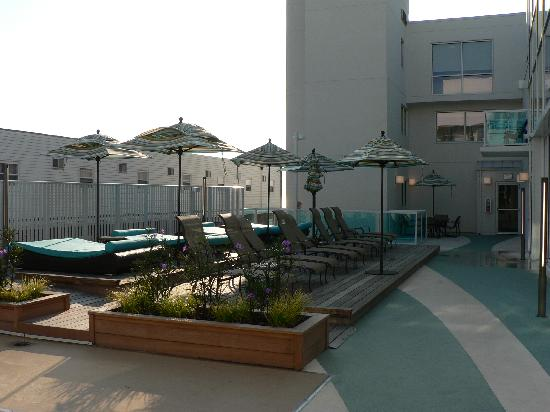 Courtyard Ocean City Oceanfront: pool lounge