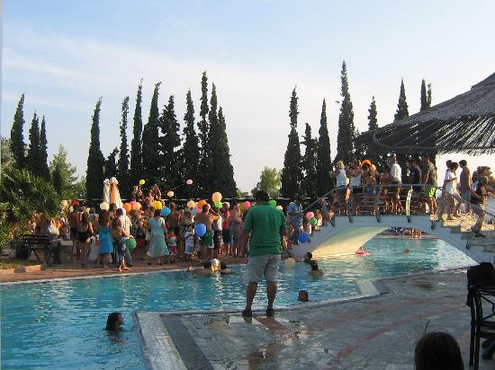 Holidays In Evia & Eretria Village Hotels: Lâcher de ballons au bord de la piscine