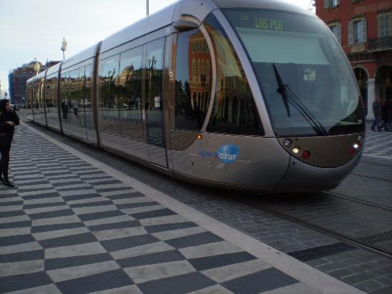 นีซ, ฝรั่งเศส: The sleek new trams