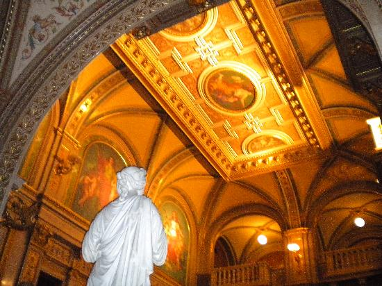 Wiener Staatsoper: Inside the main entrance by the staircase