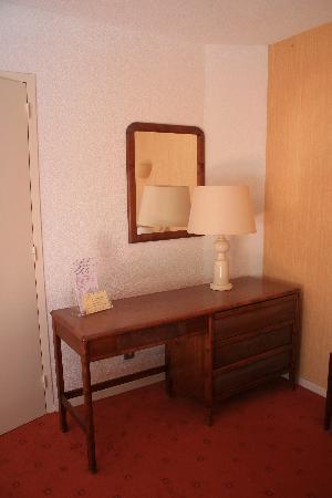Auberge de Letraz : meubles, avec araignée écrasée par nos soins en haut du mur.