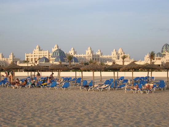 Hotel Riu Karamboa: View of hotel from beach
