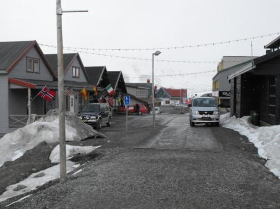 ลองเยียร์เบียน, นอร์เวย์: Main street with a few shops