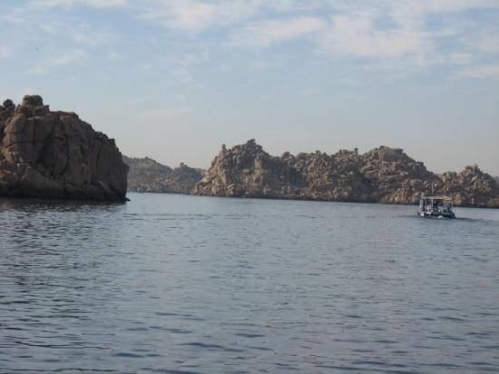 อัสวาน, อียิปต์: On our motorboat in the Aswan-dam on our way to the Temple of Isis  Thursday, Feb. 26
