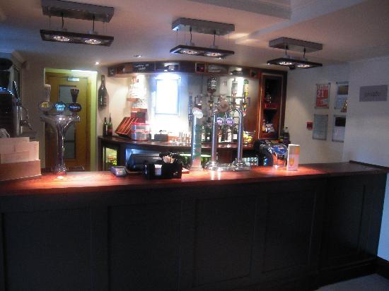 Premier Inn Chichester Hotel: bar