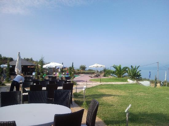 Thalassa Hotel & Spa Paleros: restaurant and pool area
