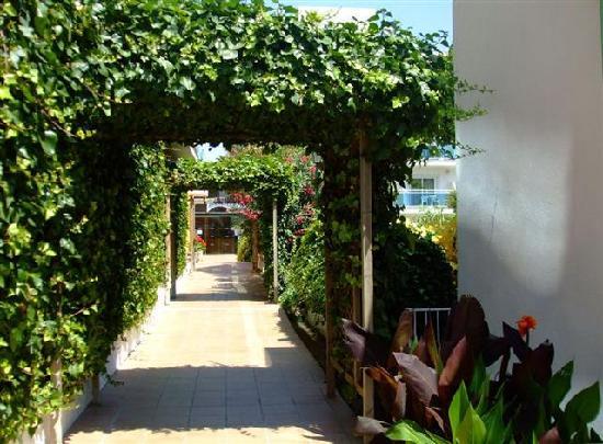 ALEGRIA Maripins: Entrance to Hotel Maripins