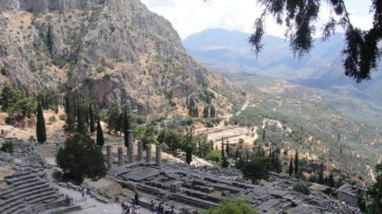 Delphi, กรีซ: Apollo's temple in the mountains in Dephi GR. I didn't realize this, but Greece is mostly mounta