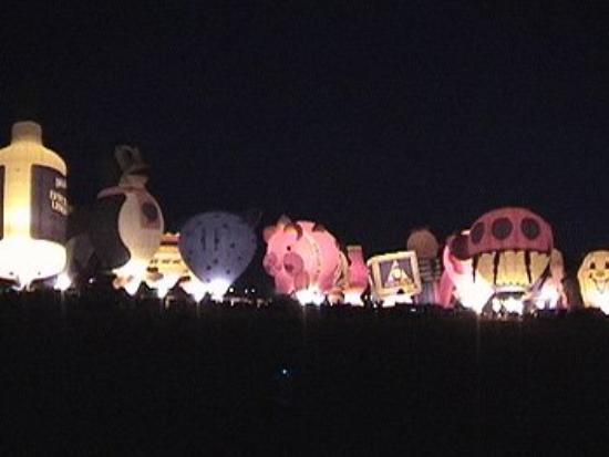อัลเบอร์เคอร์กี, นิวเม็กซิโก: Balloons all illuminated and ready for their next morning's flight, in Albuquerque, NM.