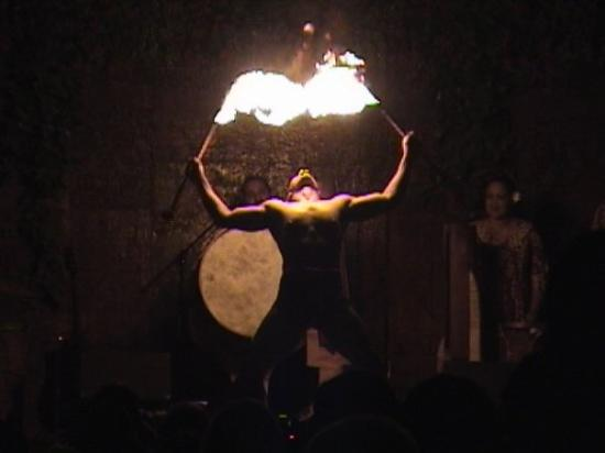 Hilo, ฮาวาย: Fire-eating stage performer at a Hawaiian Luau.