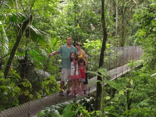 อุทยานแห่งชาติ Arenal Volcano National Park, คอสตาริกา: hanging bridges, as u can see, this is 1 of 7, so we look pretty calm..