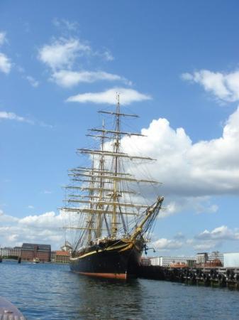 Stromma Canal Tours Copenhagen: Một con thuyền trên sông. Quá đẹp, thuyền tour đang chạy mà chụp quá chuẩn luôn!!!